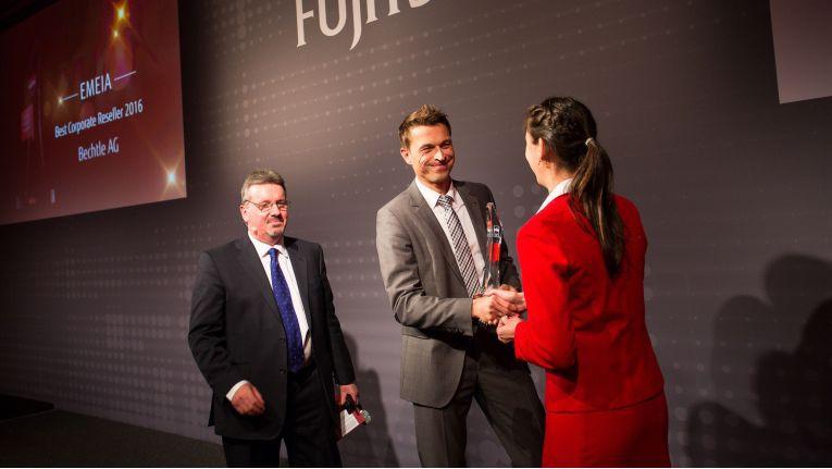 """Die Bechtle AG erhielt den Award des """"Best Corporate Reseller 2016"""" als größter Fujitsu-Partner in der EMEIA-Region."""