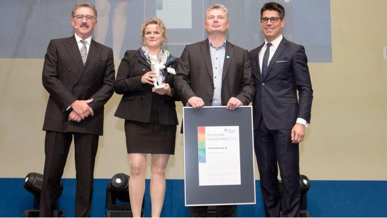 Preisverleihung in Berlin: Josef Sanktjohanser (HDE, von links), Virpy Richter und Ales Drabek (Conrad Electronic) sowie Laudator John Gerosa (Google)
