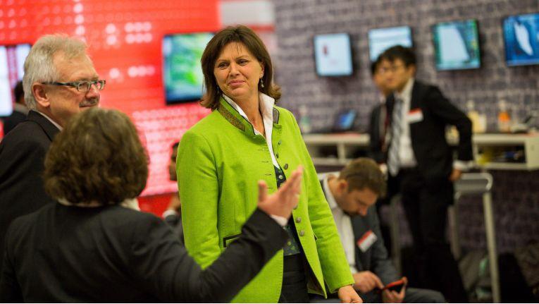 Bayern Wirtschaftsministerin Ilse Aigner ließ es sich nicht nehmen, auch dem Fujitsu Forum 2016 einen Besuch abzustatten.