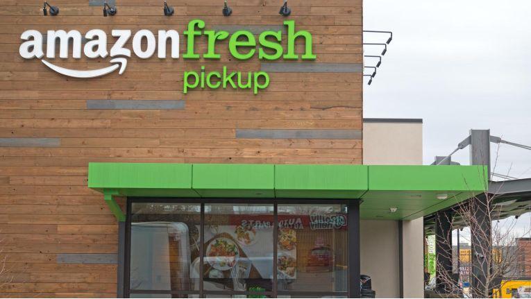 """Von außen sieht Amazon Fresh aus wie ein großer Supermarkt, doch innen laufen nicht Kunden, sondern """"Picker"""" durch die Regalreihen."""
