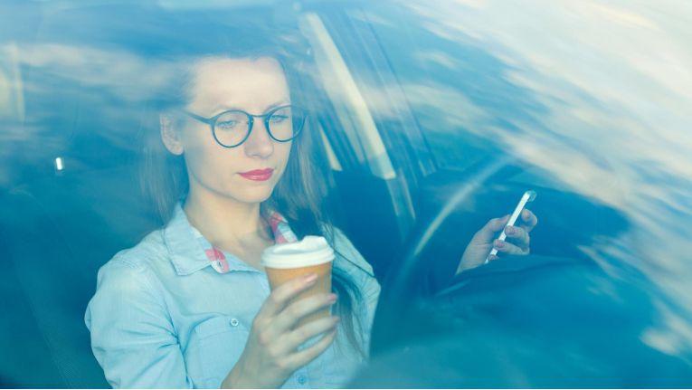 Computer dürfen in Autos in Deutschland künftig Fahrfunktionen übernehmen - der Mensch am Lenkrad muss aber immer wieder eingreifen können.