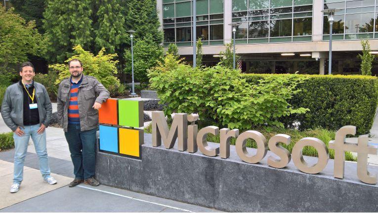 abtis-Mitarbeiter Matthias Kirchenbauer (links) und Andreas Düpre (rechts) an der Microsoft Zentrale in Redmond/USA.